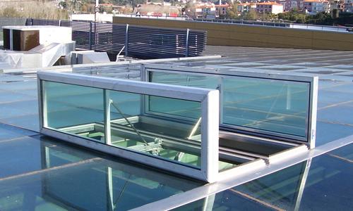 Die auf dem Dach installierte Roda RWA Anlage Firefighter als Abbildung