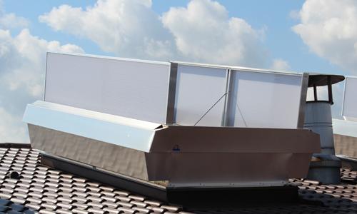 Ein Bild einer auf dem Dach installierten Roda RWA Anlage Megaphönix