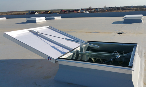 Eine Roda RWA Anlage VenturiSmoke VS1 auf einem Dach als Bild